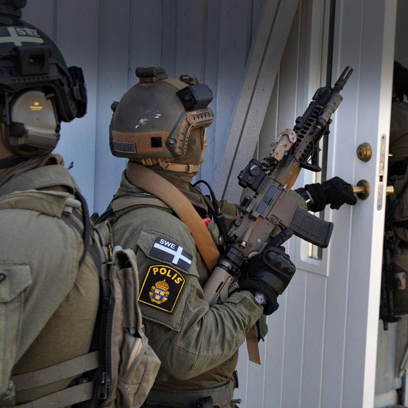 Polis med ytbehandlat vapen av iKote AB - Cerakote